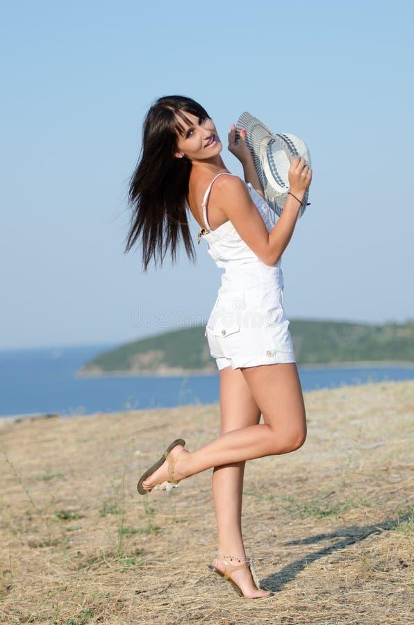 Kobieta ubierał z białymi coveralls rompers joying słonecznego dzień zdjęcie royalty free