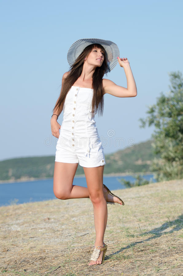 Kobieta ubierał z białymi coveralls rompers joying słonecznego dzień fotografia royalty free