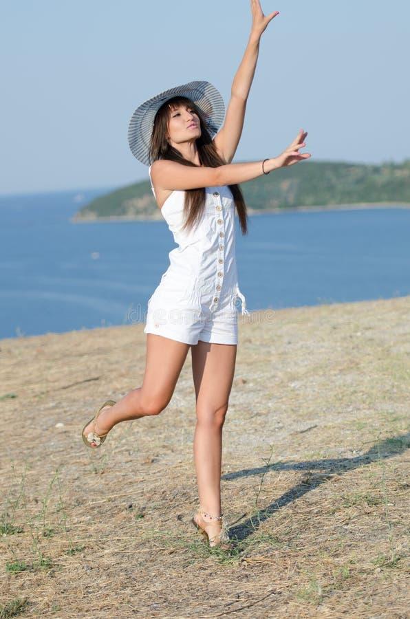 Kobieta ubierał z białymi coveralls rompers joying słonecznego dzień zdjęcia royalty free