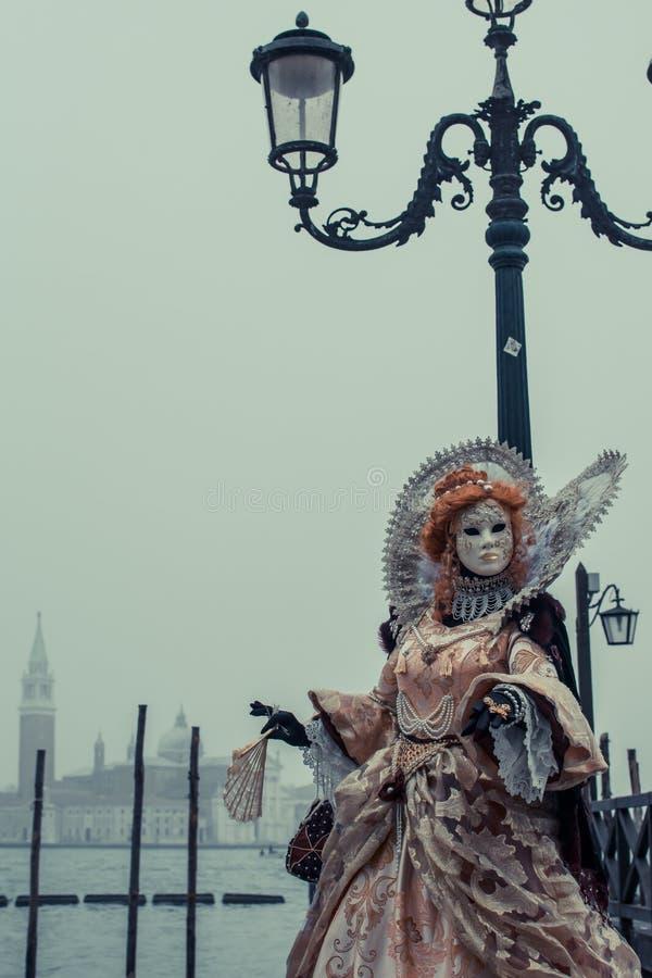 Kobieta ubierał z kostiumem na karnawałowym dniu w Wenecja ulicach blisko świątobliwego ocena kwadrata zdjęcie royalty free