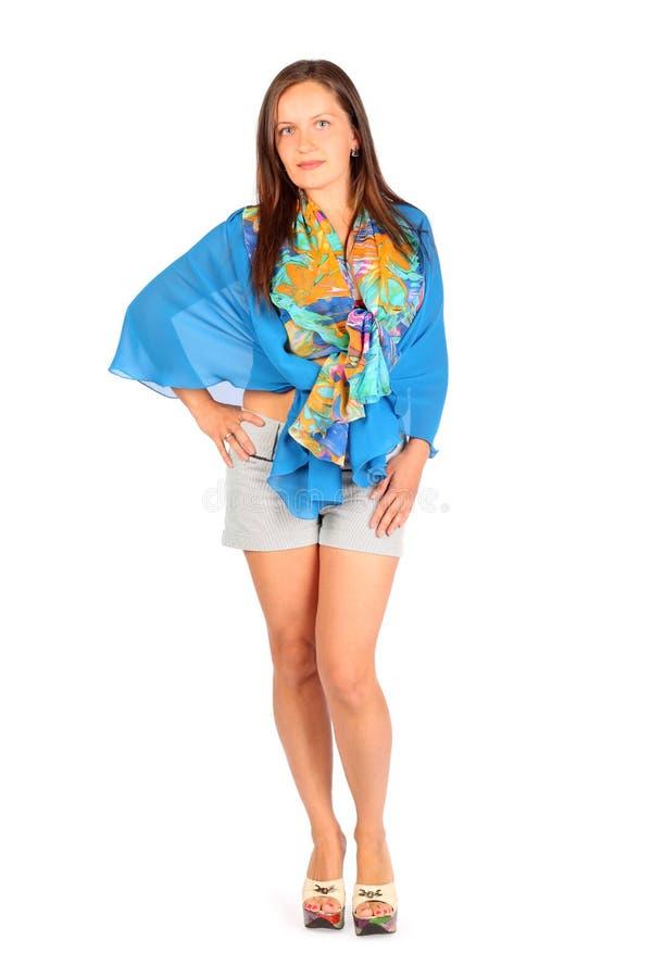 Kobieta ubierająca w skrótach i pareo pozach zdjęcie stock