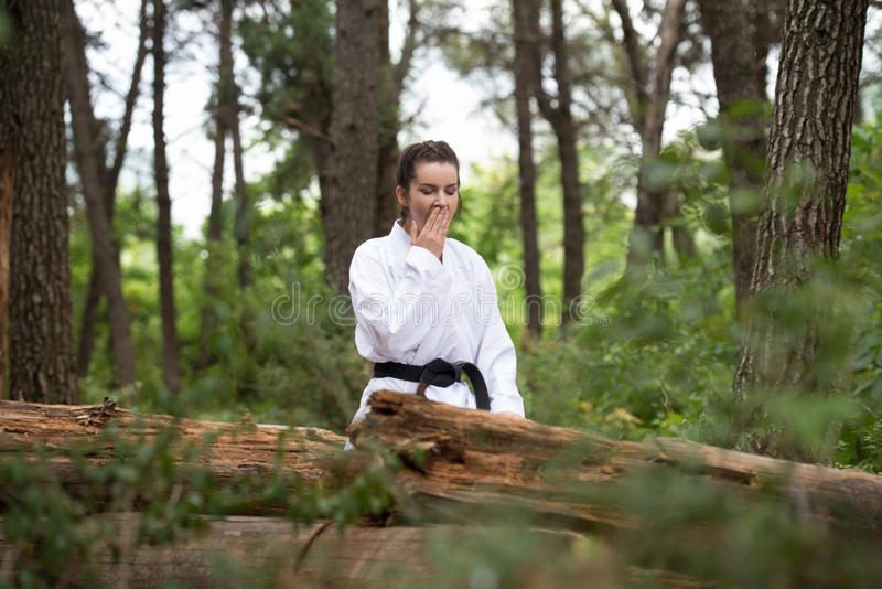 Kobieta Ubierająca W Tradycyjny Kimonowy Odpoczywać przy parkiem obrazy royalty free
