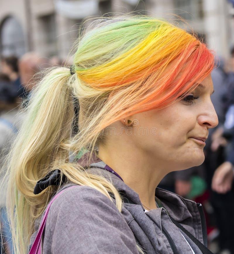 2019: Kobieta uczęszcza Gay Pride paradę także znać jako Christopher dnia Uliczny CSD w Monachium z tęcza barwiącym włosy obraz royalty free