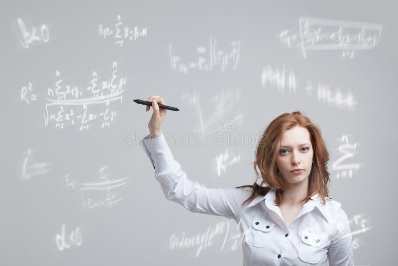 Kobieta uczeń lub pracuje różnorodnymi szkół średnich maths i nauki formułą obrazy royalty free