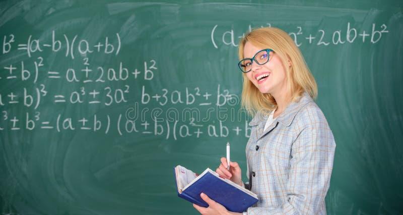 Kobieta uczy blisko chalkboard w sala lekcyjnej Ilości które robią dobrego nauczyciela Wydajnego nauczania pogmatwany priorytetyz zdjęcie stock