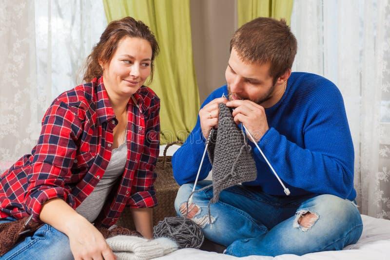 Kobieta uczy dzianinie młodego człowieka obraz stock