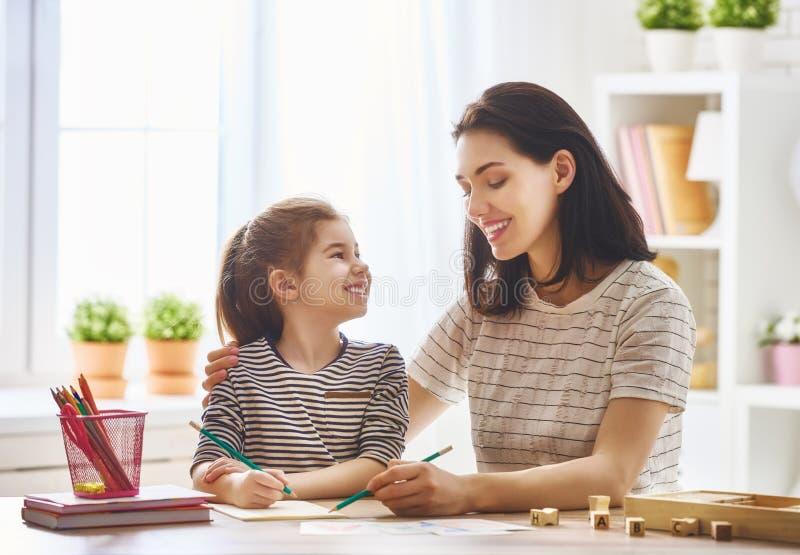 Kobieta uczy dziecku abecadło zdjęcie royalty free