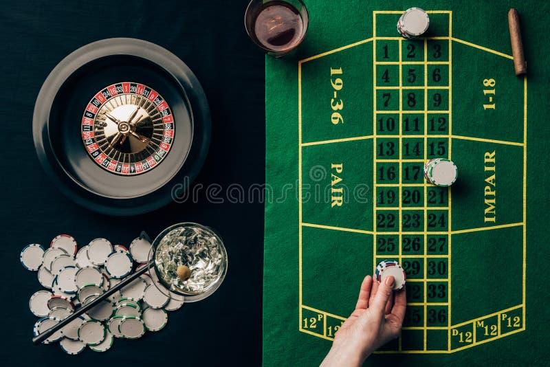 Kobieta umieszcza zakład na stole obraz royalty free