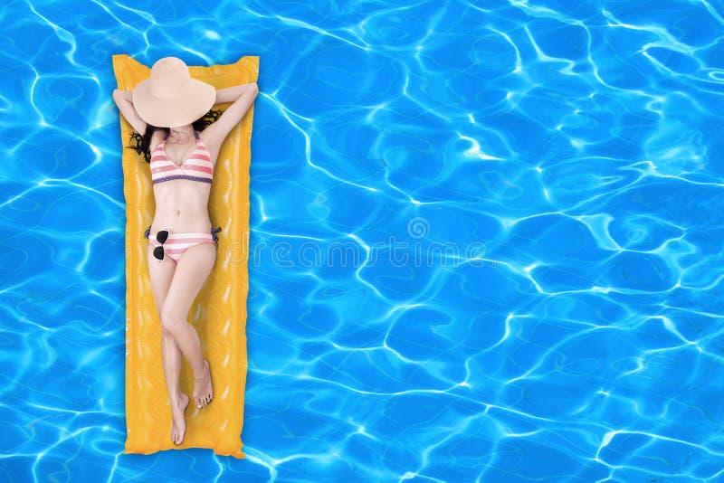 Kobieta unosi się na basen materac 1 obraz stock