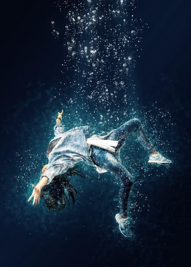 Kobieta unosi się podwodnego Okropny sen obraz stock
