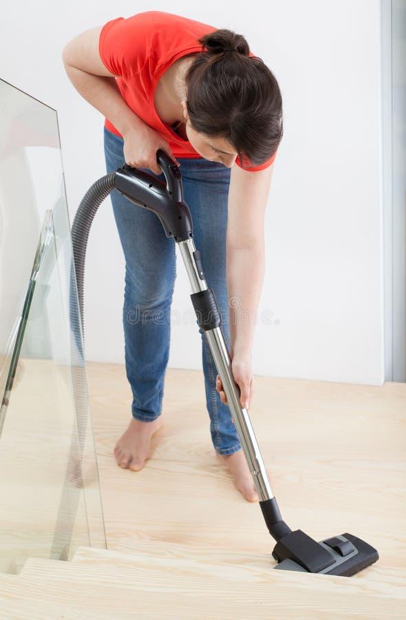 Kobieta vacuuming schodki obraz stock