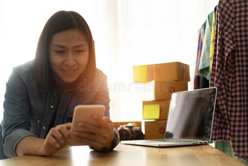 Kobieta-właściciel firmy korzystająca z inteligentnej pracy w domu zdjęcia royalty free