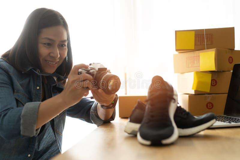 Kobieta-właściciel firmy robi zdjęcia do butów z aparatem cyfrowym zdjęcie stock
