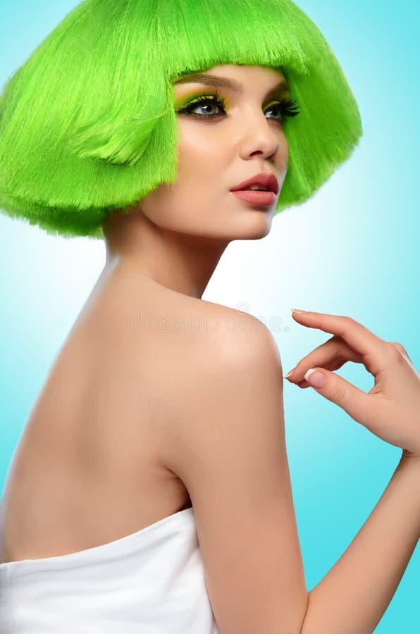 Kobieta włosy Piękno mody model Z Ostrą Zieloną fryzurą I obraz stock