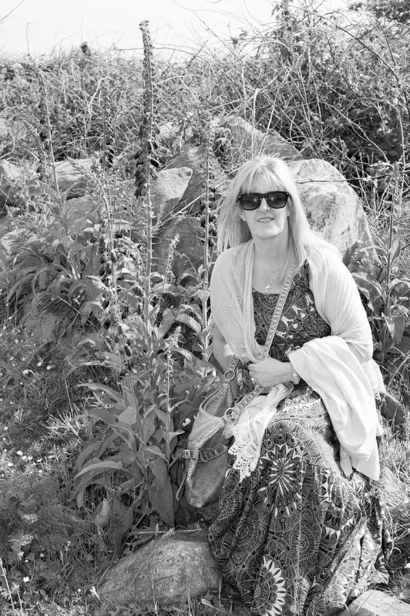 Kobieta wśród dzikich lis rękawiczek obraz stock