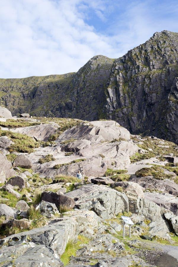 Kobieta wśród gór w pierścionku Kerry obrazy royalty free