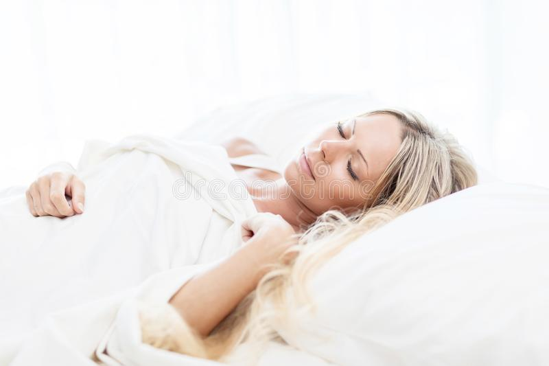 Kobieta w łóżkowym wykładowcy ` t chce budził się w ranku obrazy royalty free