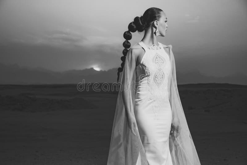 Kobieta w ślubnej sukni i przesłonie obraz stock