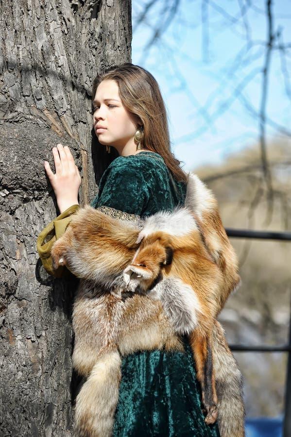 Kobieta w średniowiecznym sukni i lisa futerku zdjęcia stock