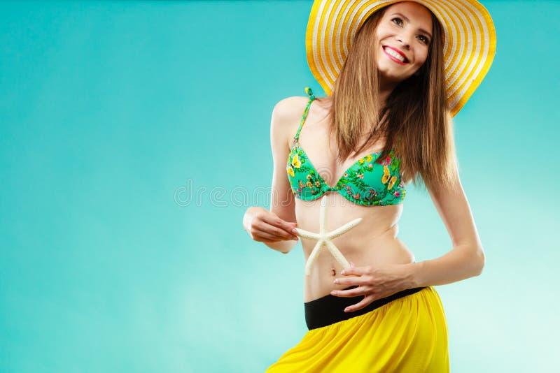 Kobieta w żółtego kapeluszowego mienia białej skorupie zdjęcie stock