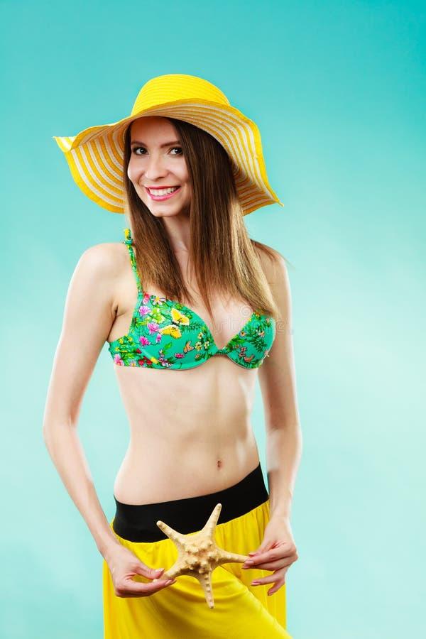 Kobieta w żółtym kapeluszu z biaÅ'Ä… skorupÄ… zdjęcie royalty free