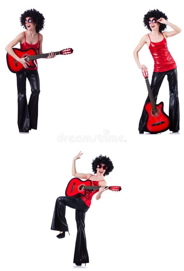 Kobieta w afro peruce bawi? si? gitar? zdjęcie stock