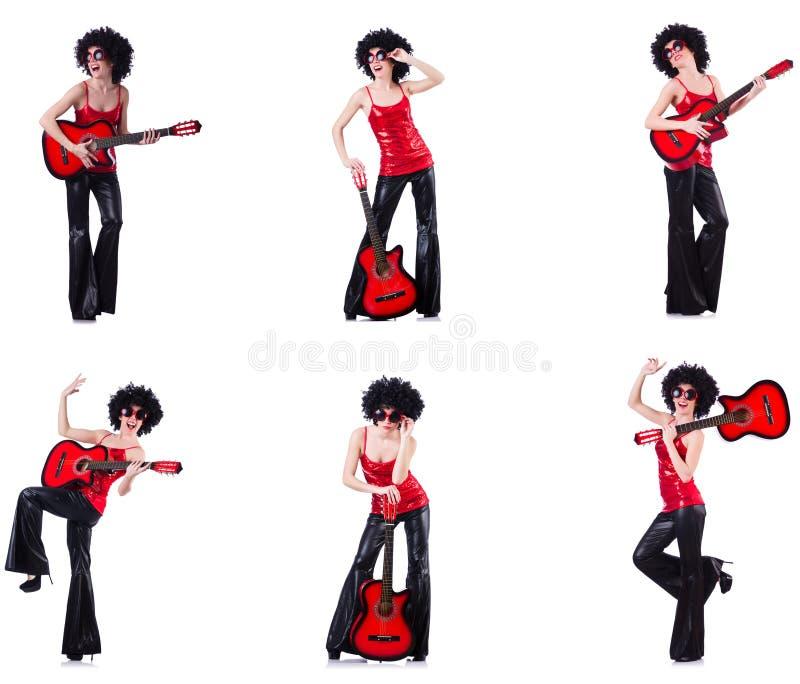 Kobieta w afro peruce bawi? si? gitar? zdjęcie royalty free