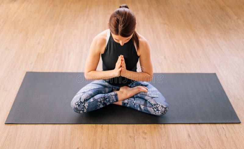 Kobieta w ardha padmasana joga pozie obrazy stock