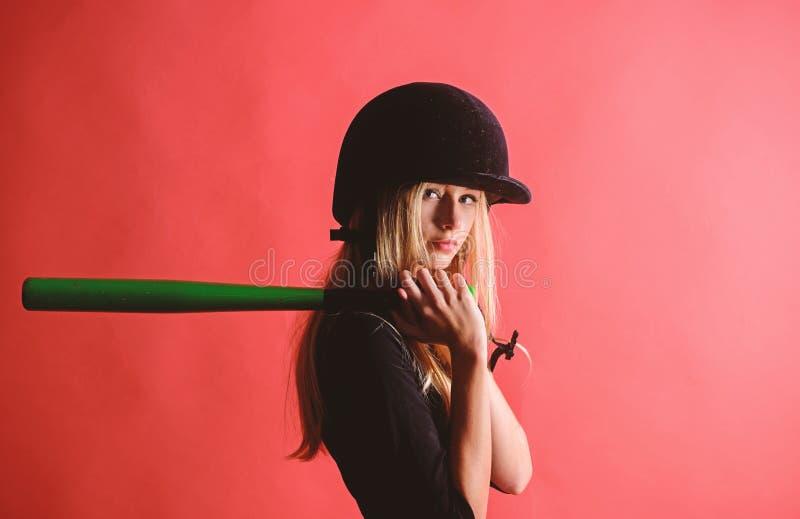 Kobieta w baseballa sporcie Baseballa gracza ?e?ski poj?cie Delikatny ale trafnie Dziewczyny blondynki odzie?y he?ma chwyta czu?y obraz stock