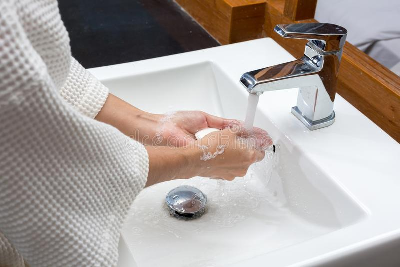 Kobieta w bathrobe myje ręki, higiena Czy?ci r?ki WA zdjęcie royalty free