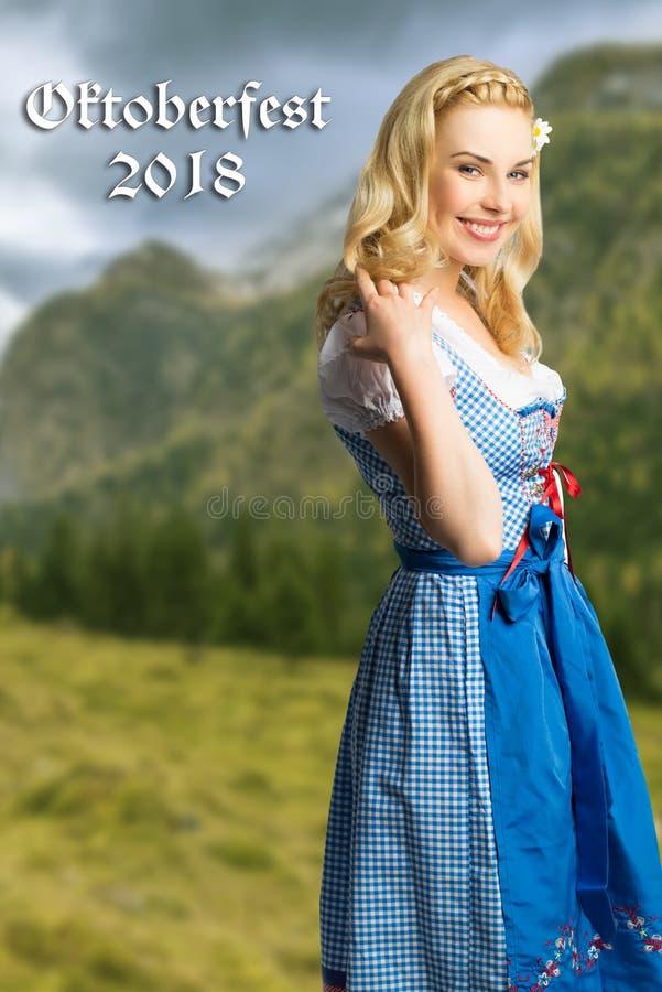 Kobieta w bavarian dirndl i teksta ` Oktoberfest 2018 ` zdjęcia stock
