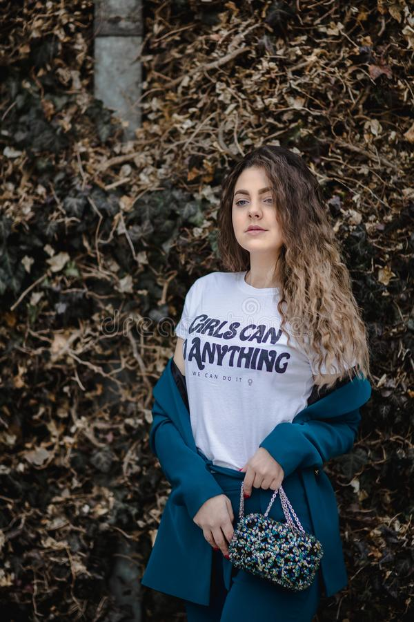 Kobieta w Białej Dziewczynie może zrobić wszystko, co się da. obraz royalty free