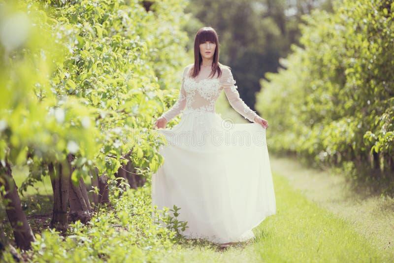 Kobieta w białej sukni zdjęcie royalty free