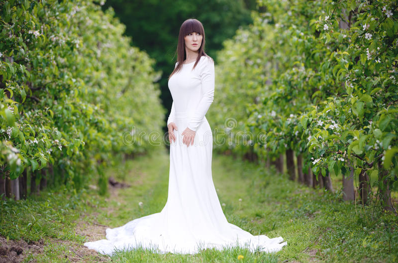 Kobieta w białej sukni zdjęcie stock