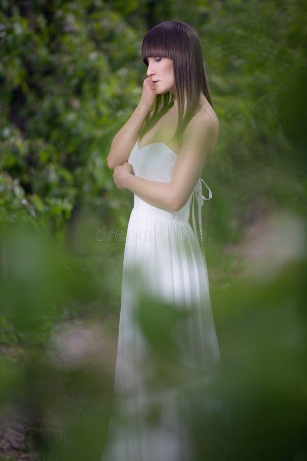 Kobieta w białej sukni obrazy stock