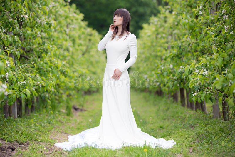 Kobieta w białej sukni zdjęcia stock