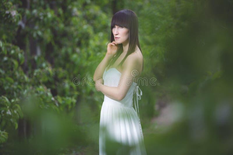 Kobieta w białej sukni obrazy royalty free