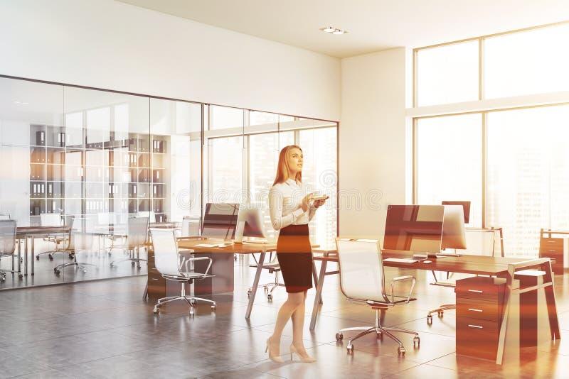 Kobieta w białym otwartej przestrzeni biurze z pokojem konferencyjnym zdjęcie stock