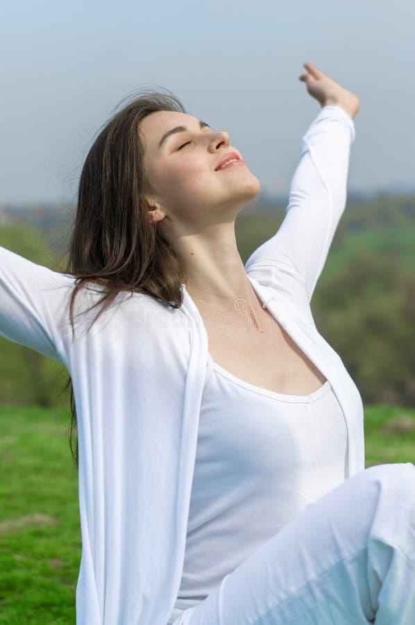Kobieta w białym robi joga ćwiczeniu zdjęcie stock