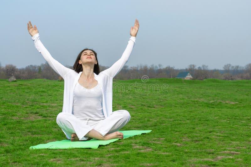 Kobieta w białym robi joga ćwiczeniu obrazy royalty free
