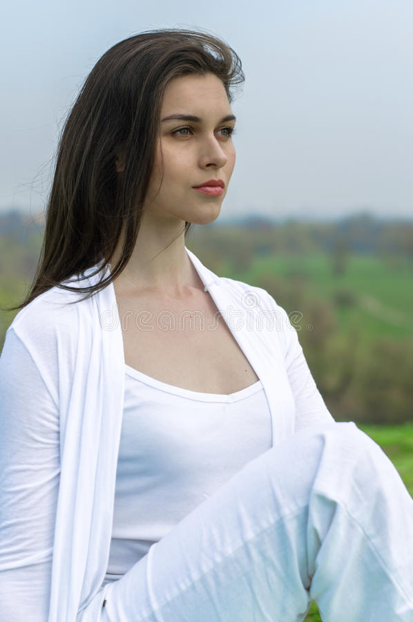 Kobieta w białym robi joga ćwiczeniu fotografia royalty free
