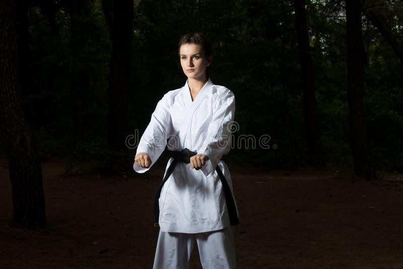 Kobieta W Białym Stażowym karate przy parkiem fotografia royalty free