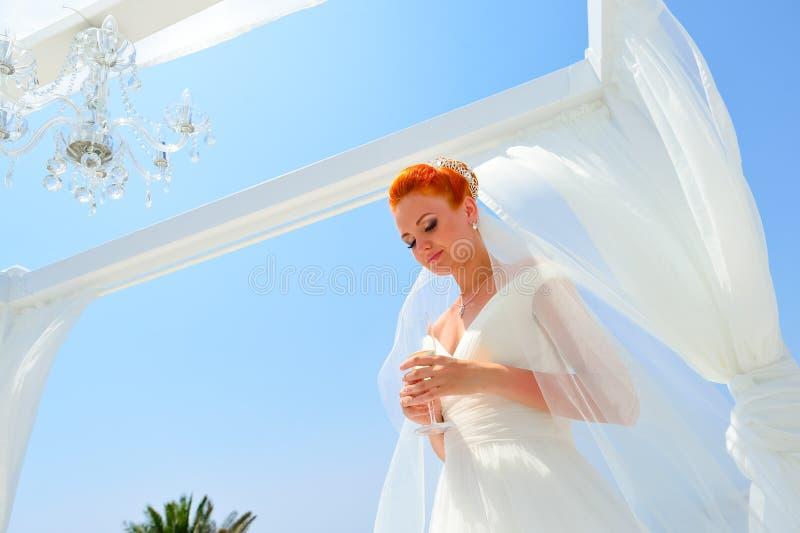 Kobieta w biel sukni obraz royalty free