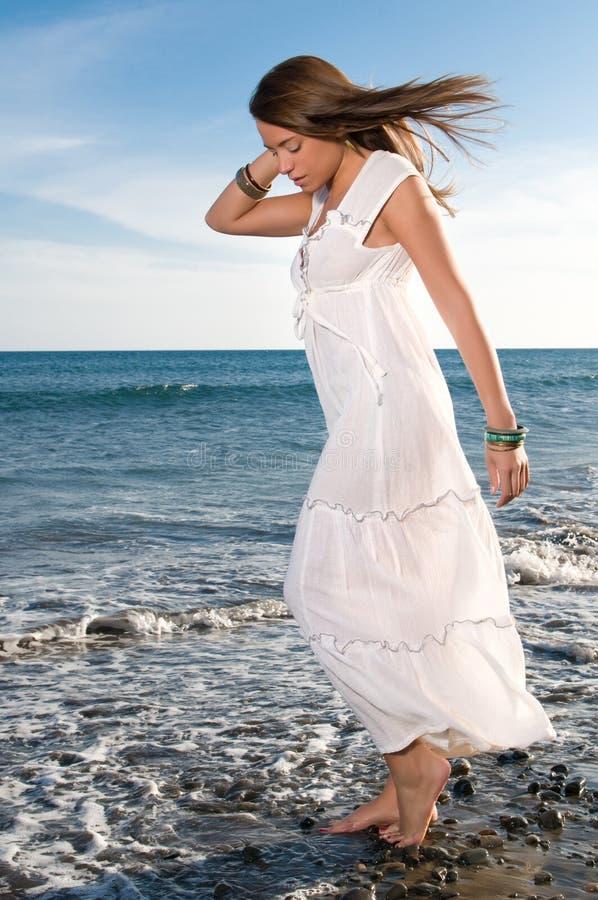 Kobieta w biel sukni blisko nadmorski obrazy stock