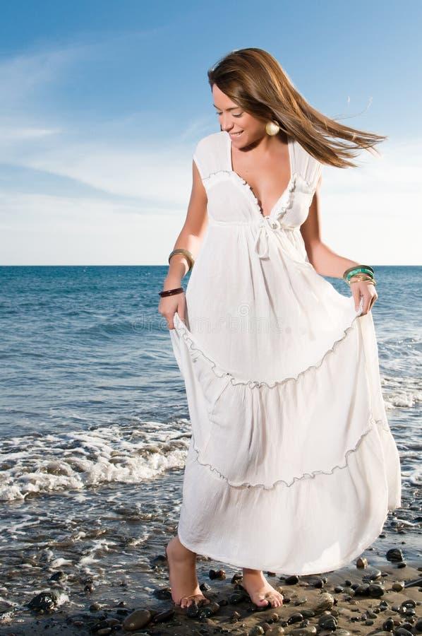 Kobieta w biel sukni blisko nadmorski obraz royalty free