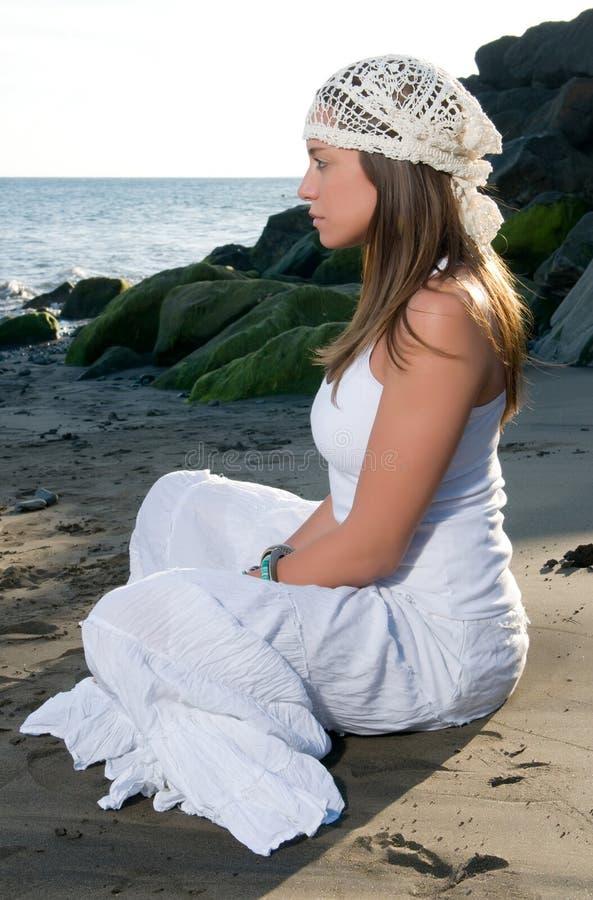 Kobieta w biel sukni blisko nadmorski fotografia royalty free