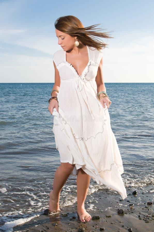 Kobieta w biel sukni blisko nadmorski fotografia stock