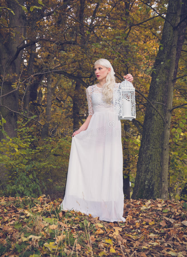 Kobieta w biel sukni i lampionie fotografia stock