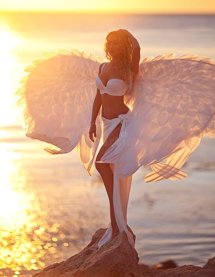 Kobieta w biel sukni jako anioł obraz stock