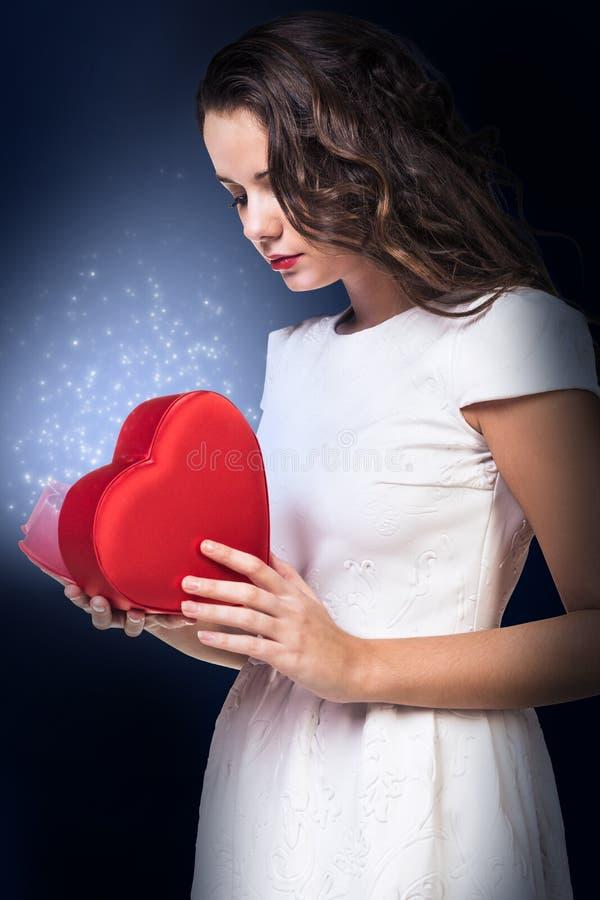 Kobieta w biel sukni mienia serca magicznym pudełku obrazy stock